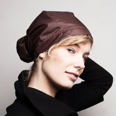 You can look fashionable in the rain with the Rain hood with bun in brown from MMMuts (Amsterdam).