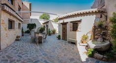 """TOLEDO, GALVEZ. 2 casas rurales y apartamento """"Callejón del Pozo"""". La casas rurales cuentan con 4 y 5 dormitorios cada una, con baño privado en cada uno de ellos y salón de 50 m². Habilitadas para discapacitados, tienen de 2 a 11 y de 2 a 18 plazas. El apartamento tiene de 2 a 9 plazas, con 3 dormitorios, salón con sofá cama, baño, aseo y cocina. Cuentan con piscina de 60 m², terraza solarium chill out, aparcamiento privado y zonas ajardinadas. #CasaRuralAccesible #Toledo #Galvez"""