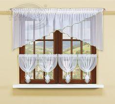 RENDY voálový set s lemováním     Atraktivní hotová záclona z hladkého bílého voálu složená z více dílů, dodá interiéru jedinečnou atmosféru.     Voálovou záclonu tvoří čtyři malé záclonky s tunýlkem (cca 2,5cm) a široký překřížený díl s řasící stužkou, která je našita asi 4 cm pod horním okrajem.     Součástí setu jsou čtyři lesklé manžetky na stažení krátkých záclonek     Voál je obšitý lesklou lemovkou Můžete si vybrat bílou nebo zelenou barvu lemovky.