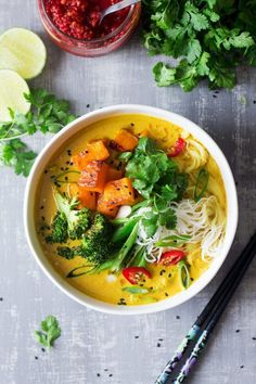 Vegan Khao Soi Soup // This naturally gluten-free Thai-inspired soup is perfect for the lovers of Asian flavors. Packed with crazy delicious veggies and noodles that make for a super nourishing meal. | The Green Loot #vegan #comfortfood