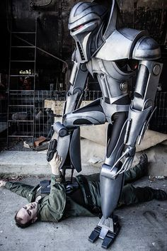 This Cylon Centurion costume was made from scratch by Cosplayer Kendall Bailey and it looks totally amazing. Photos by Sarah Hillier Photography. Star Trek Enterprise, Star Trek Voyager, Kampfstern Galactica, Robot Costumes, Cosplay Costumes, Battlestar Galactica 1978, Firefly Serenity, Stargate Atlantis, Robot Design