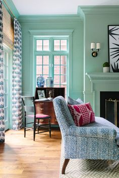 A Chicago Designer's Colorful and Modern Take on Traditional Style – Blue and White Home Fresh Living Room, Living Room Green, Living Room Decor, Green Rooms, Living Room Designs, Living Spaces, Living Rooms, Family Rooms, Luxury Interior