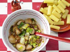 Nudeln mit Bratwurstklößchen - und Lauch - smarter - Kalorien: 435 Kcal - Zeit: 20 Min.   eatsmarter.de