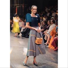 Filipiniana costume JC Buendia Highlights A Much less Is Extra Adage At TernoCon 2018 Article Physiq Modern Filipiniana Gown, Filipiniana Wedding, Chic Outfits, Fashion Outfits, Inspired Outfits, Filipino Fashion, Dressed To The Nines, Event Dresses, Wedding Dresses