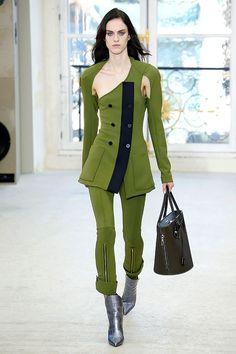 Recortes assimétricos, ombreiras e cores fortes – falando nisso, tem looks verde e amarelo na passarela da Vuitton! Mais uma homenagem do estilista pro Brasil?
