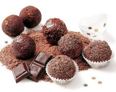 :c) rum balls Dog Food Recipes, Dessert Recipes, Rum Balls, Christmas Sweets, Holiday Cookies, Mini Cakes, No Cook Meals, Baked Goods, Sweet Tooth