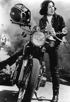 ❤️ Women Riding Motorcycles ❤️ Girls on Bikes ❤️ Biker Babes ❤️ Lady Riders ❤️ Girls who ride rock ❤️ Lady Biker, Biker Girl, Ufo, Motos Retro, Cafe Racer Girl, Ex Machina, Biker Chick, Vintage Bikes, Girl Gang