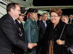 15-nov-12 - Dilma Rousseff - Presidente do Brasil, chega a Cádiz para participar da Cúpula Ibero-Americana e cumprimenta autoridades ao desembarcar em Jerez, cidade próxima a Cádiz, onde acontece a Cúpula Ibero-Americana. Foto: Roberto Stuckert Filho/PR/ Divulgação.