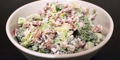 Super lækker broccolisalat med creme fraiche, der indeholder både noget salt, noget sødt, noget skarpt og noget sprødt. Salaten kan serveres som tilbehør til de fleste retter eller som en ret i sig selv.