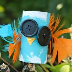 Cute and easy Hallowe'en craft for kids. Toilet rolls, buttons and feathers! Oh MY!