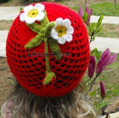 Tavaszi epres sapka lányoknak : Lany, Christmas Bulbs, Strawberry, Crochet Hats, Fruit, Holiday Decor, Knitting Hats, Christmas Light Bulbs, Strawberry Fruit