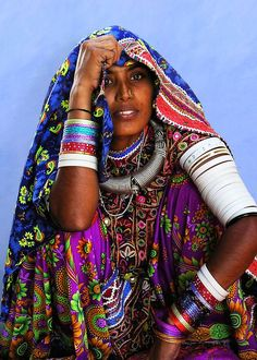 A tribal girl from Kutch, a remote desert area in far western Gujarat State - India We Are The World, People Around The World, La Bayadere, Tribal People, Tribal Women, India Culture, India Colors, Colours, Saris