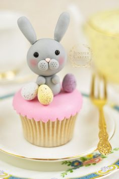Create a cute gum paste edible Easter bunny with this tutorial from Juniper Cakery rabbit fondant Hoppy Easter Cake Decorating: How To Make a Simple Yet Sweet Bunny Rabbit! Bunny Cupcakes, Easter Cupcakes, Easter Cookies, Easter Treats, Easter Cake, Easter Eggs, Fondant Toppers, Fondant Cakes, Fondant Figures