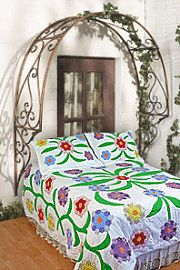 LOVE! Well, not the bedspread, but the arch!