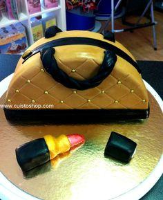 Un gâteau bluffant réalisé lors d'un atelier démonstration au magasin Cuistoshop par Sylvie. Il faut réaliser un gâteau dans un moule rond, (un marbré au chocolat, gâteau au yaourt…) voici les photos et les explications par étapes Découper le gâteau en deux, bien au milieu (image 1) Coller les deux partie