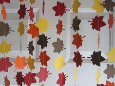 Guirnalda de otoño  Rojo, amarillo, naranja y marrón papel de cartulina/scrapbook corta en forma de hoja y luego cosido con hilo blanco para crear una fiesta otoño decoración.  Número de filamentos: 1 filamento Colores: Rojo oscuro, marrón, naranja y amarillo Tamaño de la hoja: Aproximadamente 2 pulgadas Longitud del filamento: filamento de 10 pies aparece en foto  * Extra de cadena izquierda en ambos extremos de la cadena para colgar. * La imagen ofrece 1 filamento, zigzagueaba hacia…