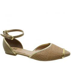 Sandália Rasteira DM Tressê Bege. Tornozeleira com fivela dourada na lateral que facilita o calce, biqueira estilo captoe. Forro e palmilha ...