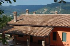 #Halbschale: Coppo di Domenica in der #Farbe Assisi Pergola, Outdoor Structures, Roof Tiles, Nun, Architectural Materials, Color, Arbors