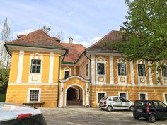 Schloss Ottmanach. Nach schweren Hagelschlägen im Vorjahr erstrahlt die Fassade wieder. Alles mit denkmalgerechtem Kalkanstrich.  Purpurrot - Karl Pugganig