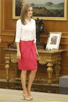 Falda frambuesa + blusa blanca + stilettos nude