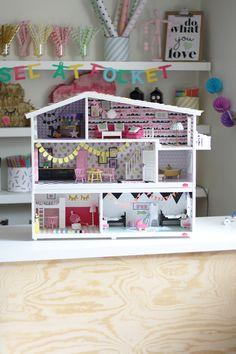 Jag, liksom många andra, älskar att renovera dockskåp. Det är så himla kul att skapa små minivärldar och prova på alla inredningsidéer man inte kan eller orkar göra hemma i sitt egna hem. Det här f…