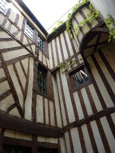 Hôtel d'Ourscamp (1585) 44 et 46 rue François-Miron Paris 75004. Résidence des moines de l'Abbaye Notre Dame d'Ourscamp depuis 1248. Façade sur cour.