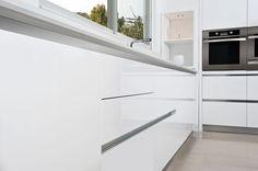 מטבח מודרני בצבע לבן
