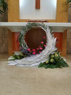 Choosing The Flower Arrangements For Church Wedding Church Wedding Flowers, Altar Flowers, Church Flower Arrangements, Big Flowers, Floral Arrangements, Altar Decorations, Flower Decorations, Wedding Decorations, Christmas Decorations