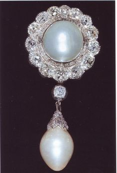 he Duchess of Cambridge's Pendant Brooch. A baroque pearl in a diamond set mount hangs from a diamond pendant below a large round pearl framed by fourteen brilliant cut diamonds. The Brooch belonged to Queen Mary's grandmother, Princess Augusta, Duchess of Cambridge. It was inherited by her younger daughter, Princess Mary Adelaide, Duchess of Teck. She died intestate in 1897 and her  jewelry  were  divided among her four children, this brooch being part of Queen Mary's portion.