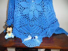 Manta de Crochê feita de lã.  Destaque: Quadros com flores em ponto pipoca.  Medida: 100 cm X 100 cm.  Os bichinhos são apenas enfeite, não acompanha a manta.  Pode ser feita em qualquer cor .