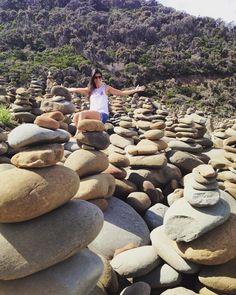 Algum lugar na Great Ocean Road... Praia com pilhas e pilhas de pedras. E eu fiz a minha pra dar sorte rs  #greatoceanroad #stones #beachstones #melbourne #victoria #australia by karol_bernardes