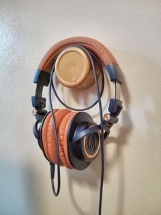 10 Super Creative DIY Headphone Stand Ideas (Some are from Recycled Materials) Diy Headphone Stand, Headphone Storage, Headphone Splitter, Headphone Holder, Cordless Headphones, Bluetooth Headphones, Over Ear Headphones, Skullcandy Headphones, Audiophile