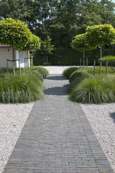 Large backyard landscaping ideas are quite many. However, for you to achieve the best landscaping for a large backyard you need to have a good design. Back Gardens, Small Gardens, Outdoor Gardens, Garden Paving, Garden Paths, Clay Pavers, Contemporary Garden Design, Backyard Landscaping, Landscaping Ideas
