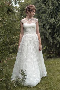 Erstaunlich, Hochzeitskleid, mit eine schöne dünne Schnur und gesäumt mit vielen Schichten von Tüll, diese weite zu schaffen, die das Kleid seinen Charakter verleiht. Elegante Bustier, dieses Design wird von einem Jahrgang Spitze Gürtel, endend mit großer Teile in den Rücken zu einem eleganten Knoten an der Taille betont. Kleid aus komplett in Spitze, schulterfreies Mieder in Spitze, voll Tüll Unterrock, Jahrgang Spitze Gürtel, unsichtbare Mitte Rücken Zip Befestigung. Originelle und…