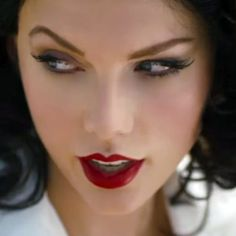 """Taylor Swift shows off wearing taupe eyeshadow with black eyeliner and bold red lips for a devastating effect in """"Wildest Dreams"""" music video. Taylor Swift Red Lipstick, Taylor Swift Makeup, Taylor Swift Outfits, Red Makeup, Beauty Makeup, Taupe Eyeshadow, Photo Makeup, Black Eyeliner, Tutorials"""