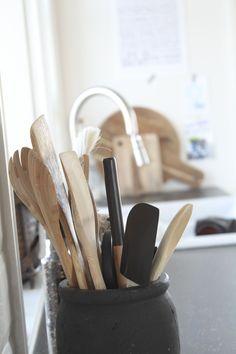 Kjøkkenredskaper på en kjøkkenbenk