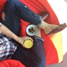 Normalnie sama w to nie wierzę! Umyłam taras oraz regał i stolik na tarasie! Zasadziłam zioła wyrzuciłam śmieci a nawet uwaga(!!!) umyłam klamerki! A teraz się zorientowałam że dzisiaj prima aprilis i i tak mi nie uwierzycie  Melduję jednak że dla równowagi nie zrobiłam obiadu. Ja mam smoothie (banan mango pomarańcza ananas) i bakalie. Jak oni nie chcą to ich problem nie mój  #psc #paniswojegoczasu #taras #ogrod #ogród #relaks #wypoczynek #weekend #weekendfun #relax #taras #balkon #smoothie…