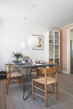 Det er en mindre udflugt at bestige trapperne til Thomas og Room Inspiration, Interior Inspiration, Pastel Interior, Beautiful Home Designs, Decor Room, Dining Table Chairs, Easy Home Decor, Modern Kitchen Design, Scandinavian Interior