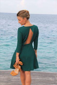 Tendance robes de soirée : Robe verte émeraude décolletée dos summer look