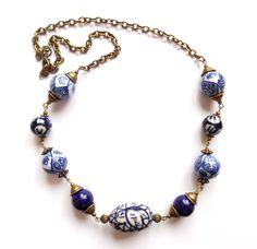 Halsband i brons med blå/vita kinesiska porslinpärlor.  Längd: 62cm