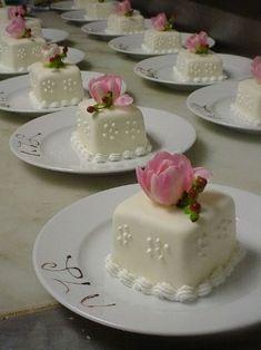 20 New ideas wedding small cake mini desserts Mini Wedding Cakes, Fondant Wedding Cakes, Fondant Cupcakes, Fun Cupcakes, Wedding Cupcakes, Cupcake Cakes, Cupcake Toppers, Square Cupcakes, Fondant Bow