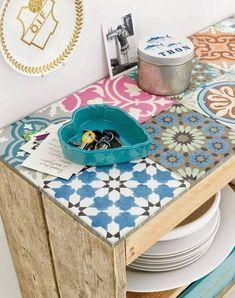 ¡Nos ha encantado este uso de #baldosas #hidráulicas! Los colores son primaverales y el mueble es muy original y bonito.  #CerámicaQueEnamora