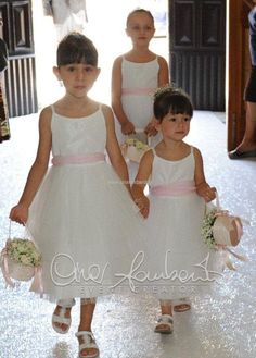 Borsette floreali per le romantiche damigelle che precedono l'ingresso della sposa in chiesa. Flower Girl Dress Shoes, Rings For Girls, Wedding Planner, Diy And Crafts, Wedding Day, Wedding Dresses, Hair, Fashion, Short Lace Front Wigs