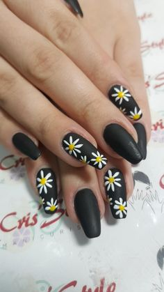 On average, the finger nails grow from 3 to millimeters per month. If it is difficult to change their growth rate, however, it is possible to cheat on their appearance and length through false nails. Punk Nails, Swag Nails, My Nails, Nagel Stamping, Nagellack Design, Sunflower Nails, Daisy Nails, Yellow Nail Art, Summer Acrylic Nails