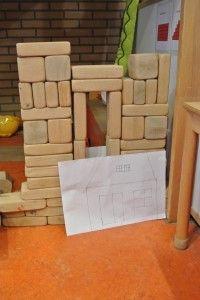 Maak een bouwtekening en bouw het huis in de bouwhoek (of andersom: bouw en maak een tekening van het bouwwerk)