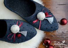 X-Mas - Christmas gift - Women's home shoes - Dark grey felted wool slippers - Silver tassel - Green bow by betweenfd on Etsy Wool Shoes, Felt Shoes, Christmas Gifts For Women, Xmas Gifts, Felt Booties, Felted Wool Slippers, Shibori, Felt Fabric, Felt Art
