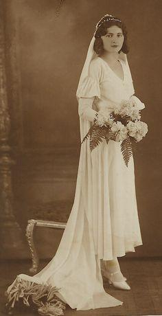 Chic Vintage Brides, Vintage Couples, Vintage Wedding Photos, Vintage Weddings, Vintage Ladies, 40s Wedding, Wedding Attire, Wedding Bride, Wedding Styles