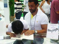 Marcelo Nadur e Rafa autografam livro.