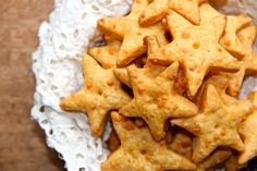 Baked cheese crackers made in food processor Vietnamese Dessert, Appetizer Recipes, Snack Recipes, Cooking Recipes, Appetizers, Cheddar Crackers Recipe, Pho, Star Snacks, Baked Cheese