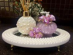 kit lavando    1 bandeja espelhada com pérolas  Medidas 33x23x5    1 sabonete líquido 250 ml vídro com flores de cetim e organza    1 aromatizador de ambientes frasco com pérolas 300 ml